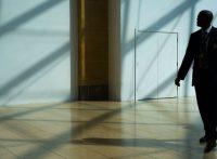 un homme assure la sécurité d'un musée